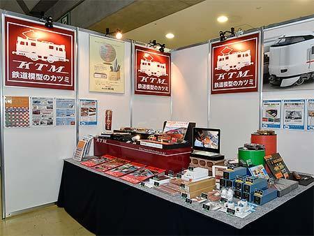 カツミによる出展ブース.秋ごろ発売の小田急ロマンスカー「GSE」のサンプルが展示されている.このほか,コンテナを製作するハンダ工作体験コーナー(500円)もある.