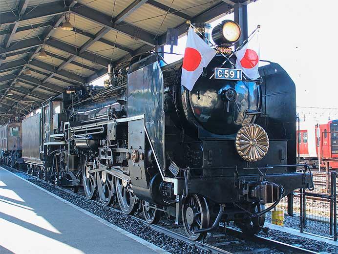九州鉄道記念館のC59 1に装飾が行なわれる